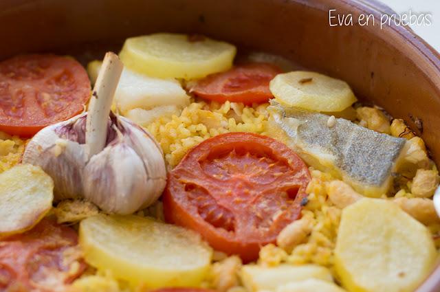 Arroz con Bacalao, patatas, alubias y tomate, cocinado al horno en cazuela de barro.