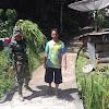 Satgas TMMD-ke 104  Bantu Warga Gendong Rumput
