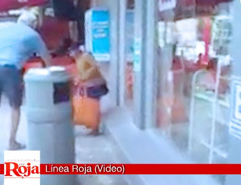 Indignación en redes sociales por un sujeto que verte ácido muriático en una calle de Cancún para echar del lugar una niña indígena (Vidoeo)