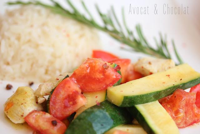 """alt=""""salade courgette, tomate, poulet avec dessus du poivre rose et en arrière plan, du riz"""""""