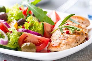 Makan makanan yang seimbang ketika berpantang