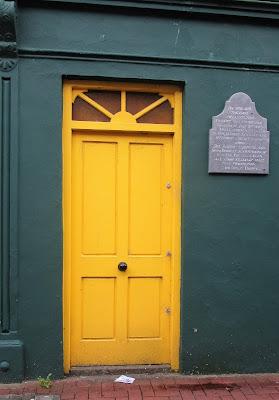 keltainen ovi, vihreä seinä