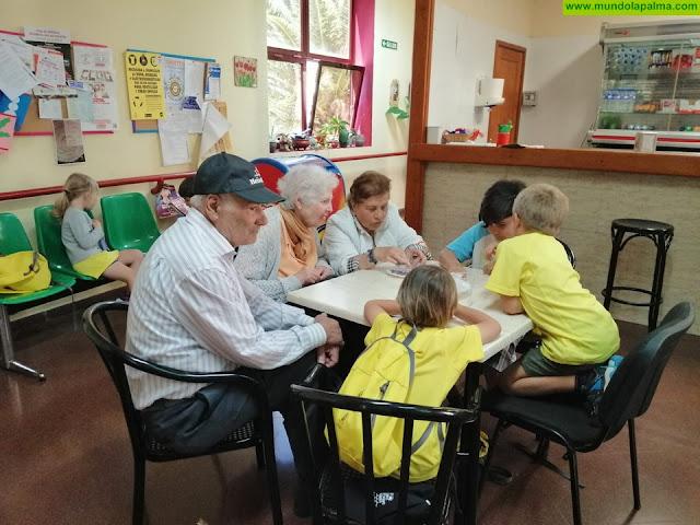Niños y mayores de Tijarafe comparten jornadas de manualidades dentro del programa de actividades del Campus de Verano