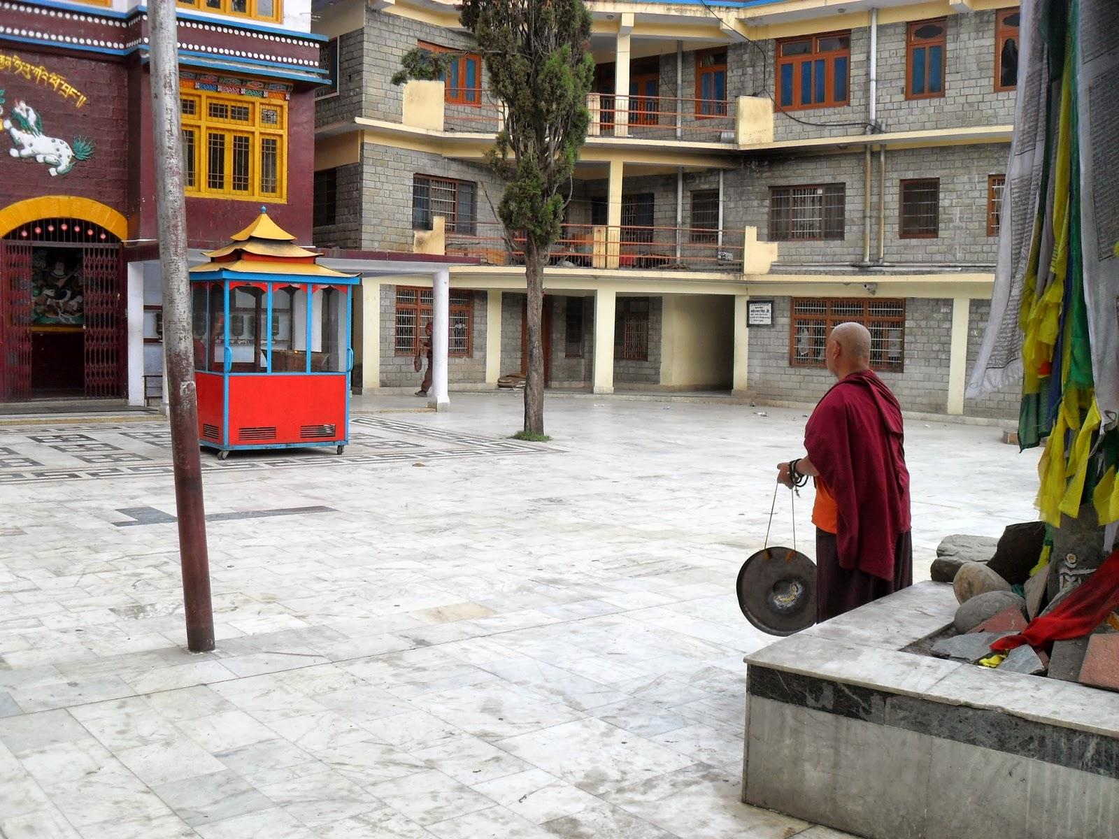 Монах бьет в гонг созывая на утреннюю медитацию.