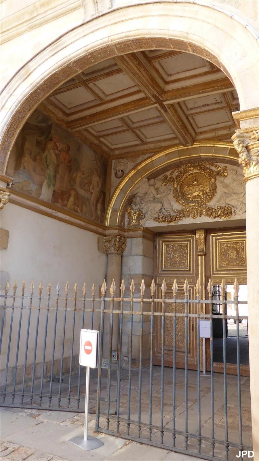 Paris bise art ch teau de fontainebleau 13 de la for Porte de cour