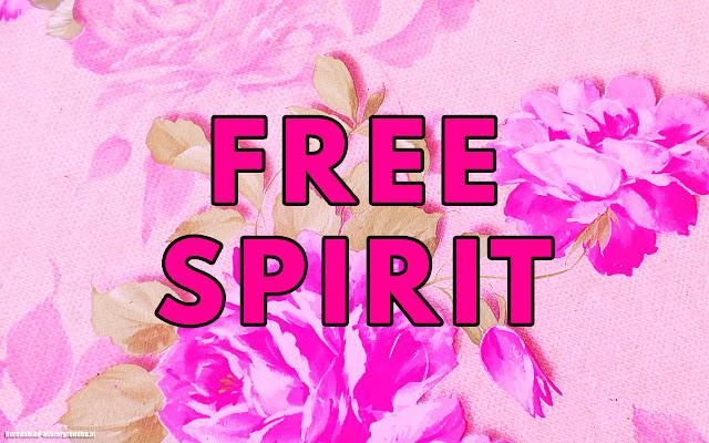 Roze wallpaper met tekst free spirit en bloemen