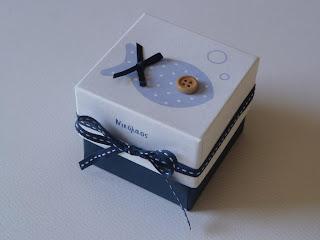 μπομπονιέρα λευκό κουτάκι για αγοράκι με μπλε κορδέλα και γαλάζιο ψαράκι