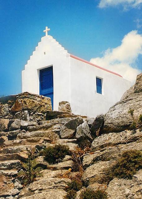 Chapelle murs blancs et porte bleue