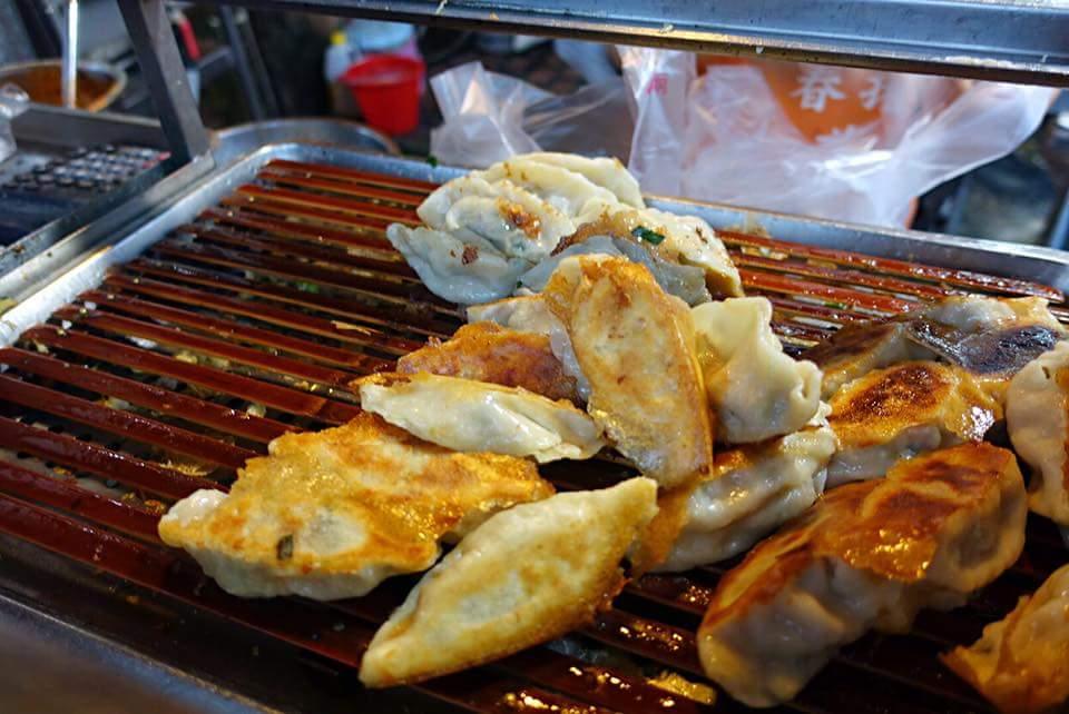 雲林虎尾街頭小吃食記《廣香春捲煎餃》&《北京王餡餅》吃完一攤後再到下一攤
