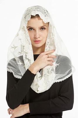Arti Kerudung - Kerudung adalah istilah asli dari bahasa Indonesia yang diserap dari bahasa Melayu yakni Tudung. Tudung dapat diartikan sebagai penutup apa saja baik itu makanan maupun hal hala lain, namun kerudung merujuk pada kain yang digunakan untuk menutupi kepala. Tidak ada kesepakatan