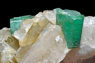 esmeralda bruta na matriz de quartzo