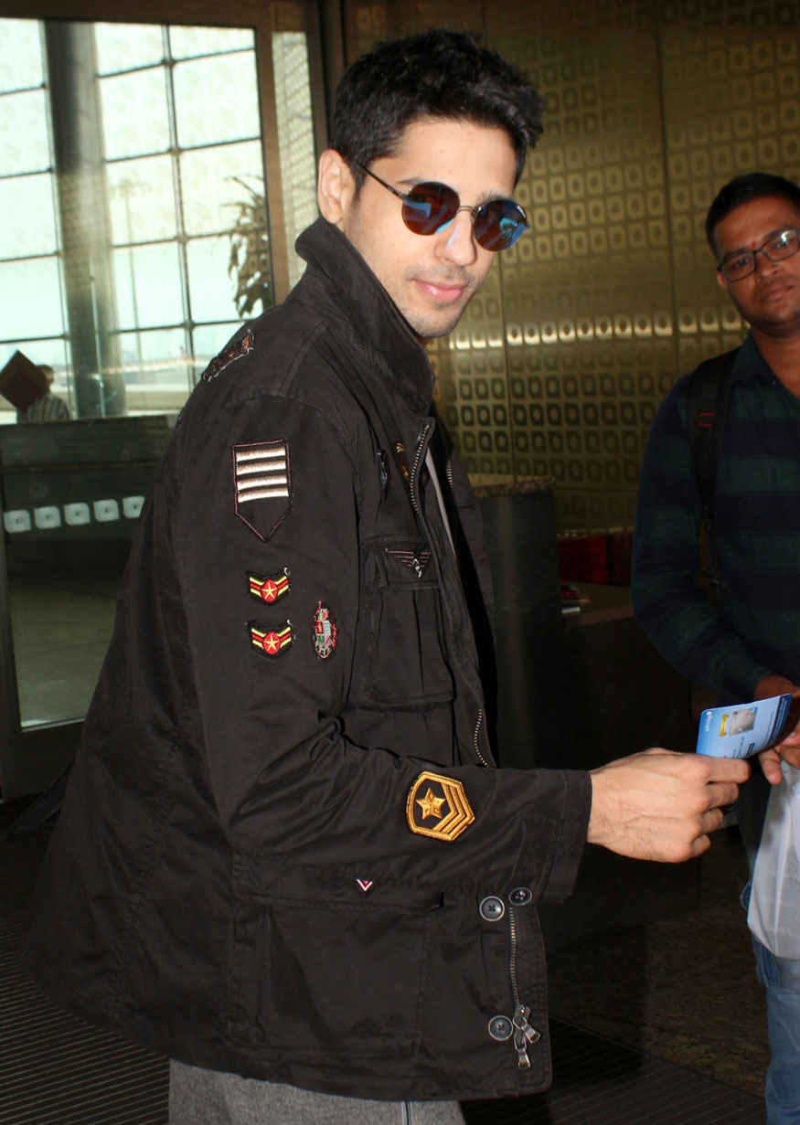Sidharth Malhotra Snapped at Mumbai Airport