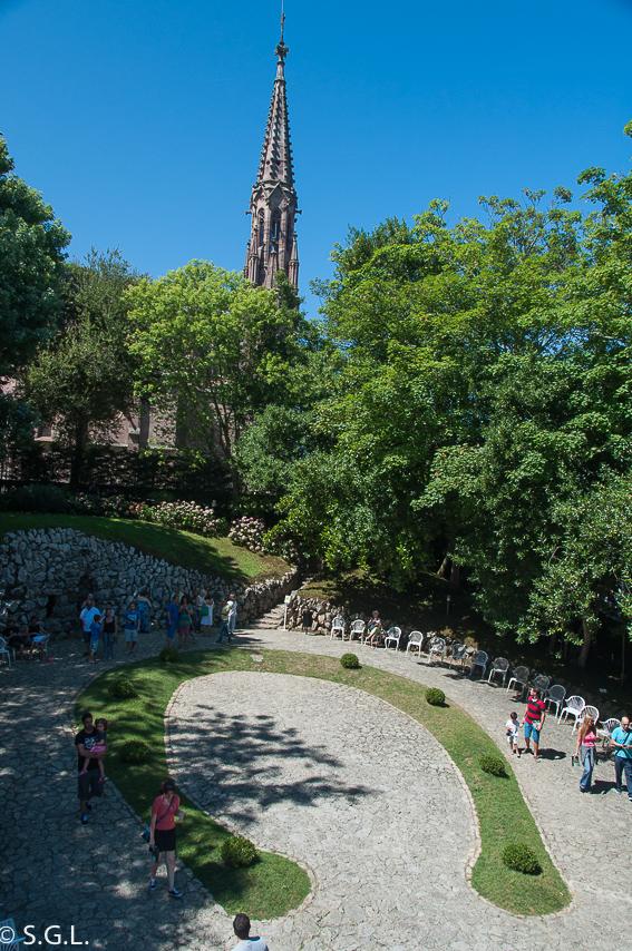 Plaza en forma de herradura capricho de Gaudi. Comillas