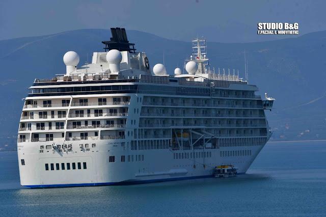 """""""The World """": Το πλοίο που κάνει το γύρο του κόσμου έκανε ποδαρικό για φέτος στο Ναύπλιο (βίντεο)"""