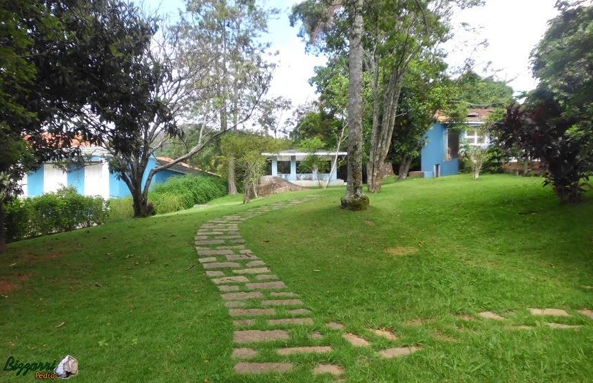 Construção do caminho de pedra com pedra folheta saindo da sede da fazenda indo para o orquidário e até a horta com a execução do paisagismo com grama esmeralda.