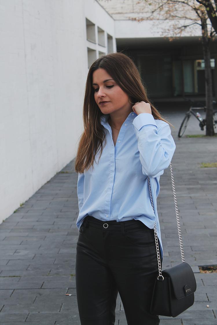outfit camisa azul pantalones de cuero moda