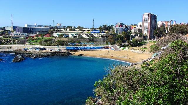 Visitar a praia Las Torpederas no verão em Valparaíso