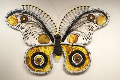 Mariposa hecha con materieales sacados de la basura