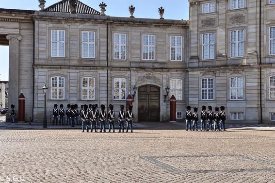 Cambio de guardia en Amalienborg en Copenhague