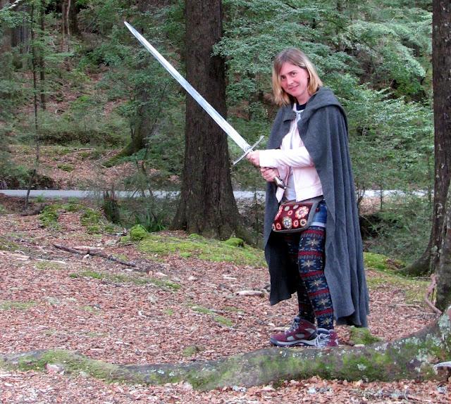 Tatiana con una capa y la espada de Aragorn