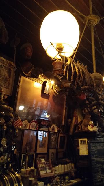 Самый старый ирландский паб Нью-Йорка - McSorley's Old Ale House.