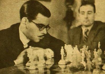 Antonio Medina jugando con el juegos tallado por Manuel Tobella i Adroher