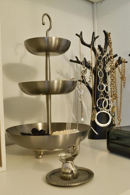 Saippuakuplia olohuoneessa. blogi, kuva Hanna Poikkilehto, koti, sisustus, korut, korupuu