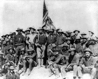 Theodore Roosevelt al mando de los Rough Riders, tras su victoria en la colina de San Juan.