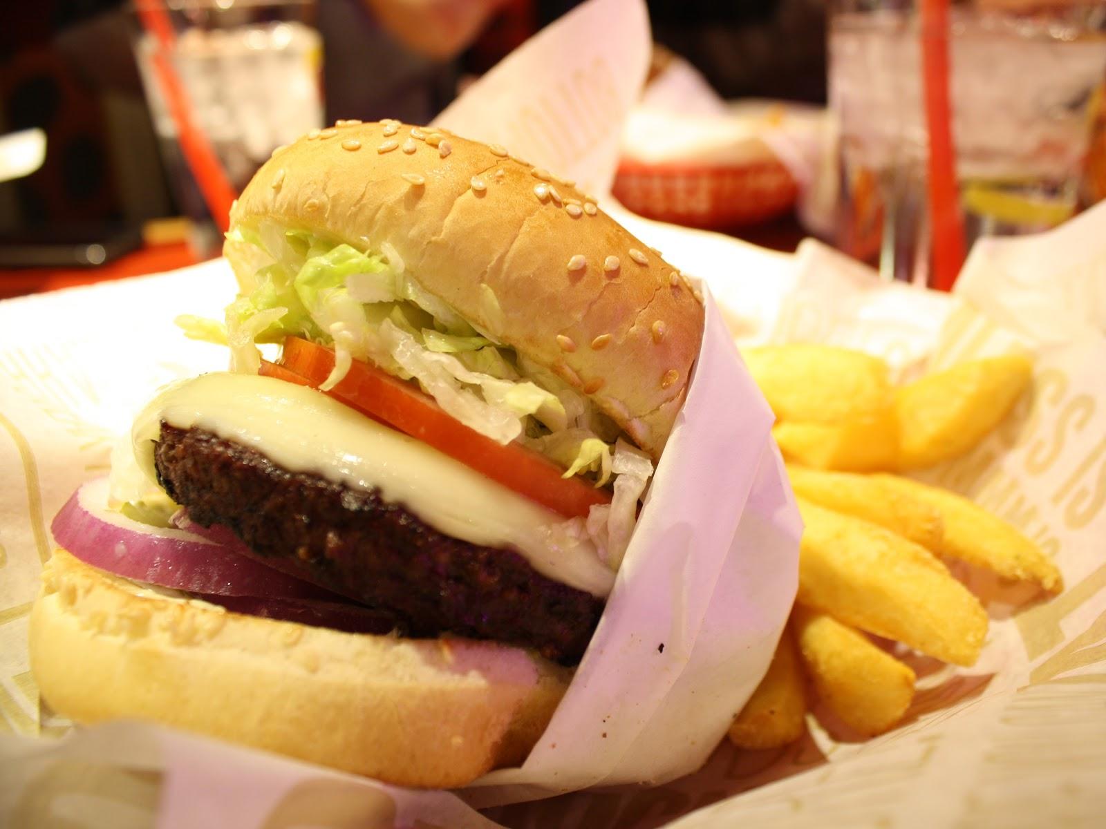 レッドロビンのハンバーガーとフライドポテト