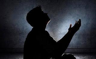 Hukum Mengangkat Tangan Ketika Berdoa
