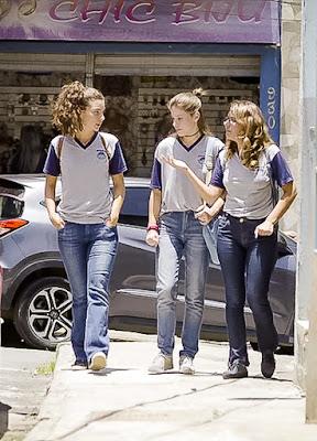 Anjinha (Caroline Dallarosa) diz a Rita (Alanis Guillen) e Raíssa (Dora de Assis)