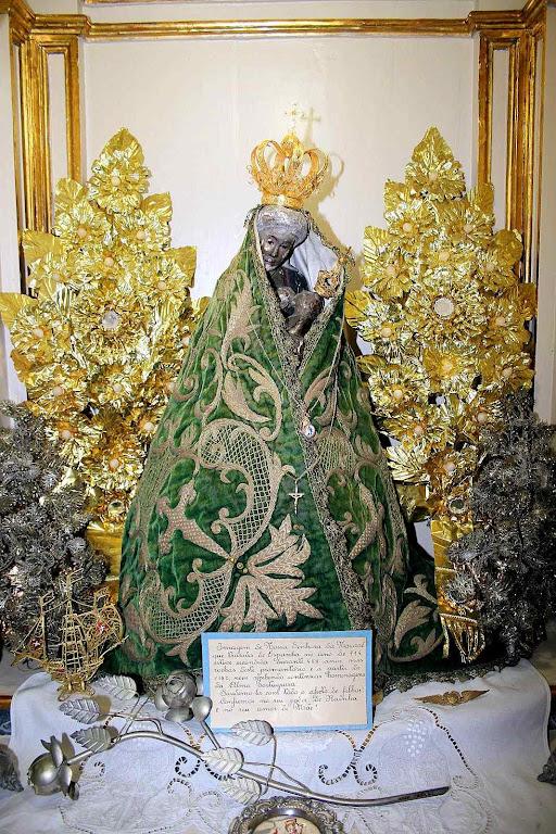 Nossa Senhora de Nazaré, Leiria, Portugal. Segundo a tradição foi esculpida por São José