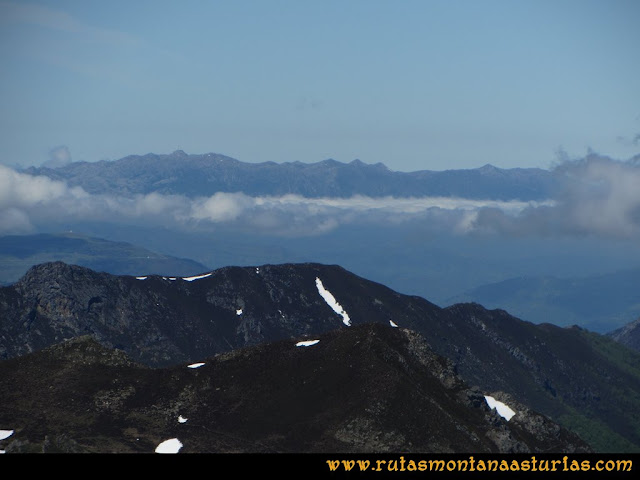 Ruta Les Rapaines, Lago Ubales, Cascayón: Vista del Aramo desde Les Rapaínes