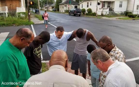 Gobernador Matt Bevin orando en las calles de Louisville.