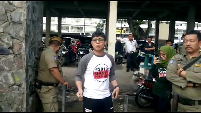 Pakai Kaos #2019GantiPresiden, Anak Medan Ini Diusir Satpol PP Kota Medan di Areal CFD