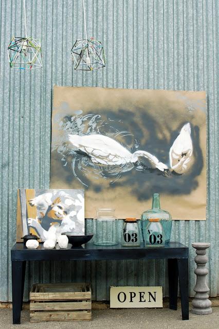 Tym razem w roli głównej podłużny, wąski stolik z cienkiej grafitowej blachy, do tego szkło #NiczegoSobie oraz obrazy autorstwa Magdaleny Pasiak. W lewym górnym rogu/środku ^^ widać fragmenty lamp #BoCo? #Metaloplastyka #Blacha #BlachaFalista #GiełdaKwiatowa #GiełdaKwiatowaBalicka #Słój #Butelka #Szkło #Obraz #Portret #Łabędzie #HomeDesign #InteriorDesign #HomeDecor #Modern #Industrial #Scandi #ScandiHome #ScandiDecoration #MetalTable #WoodBoxes #CementCandleHolder