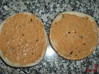 Cubriendo el pan con salsa burguer