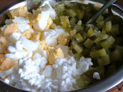 Sałatka serek wiejski z jajkiem i ogórkiem