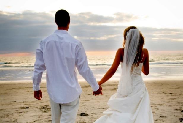 Çift i martuar në bregdet