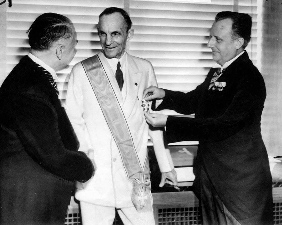 Ο Χένρυ Φορντ λαμβάνει το Μεγαλόσταυρο του Γερμανικού Αετού από αξιωματούχους των Ναζί, 1938
