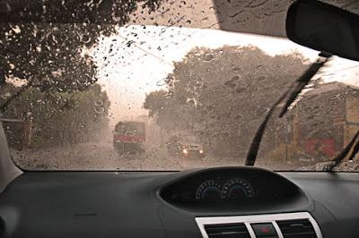 Tips Aman Berkendara Saat Hujan