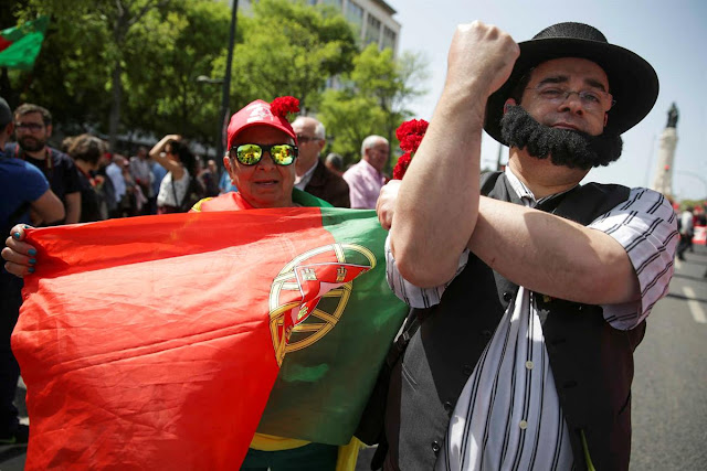 """25 DE ABRIL   Milhares desfilam em Lisboa para lembrar """"revolução dos cravos"""""""