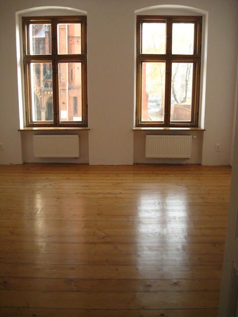 stara drewniana podłoga po cyklinowaniu i lakierowaniu