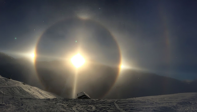 Complex halo display (22° halo, sun dogs, upper tangent arc, upper and lower Sun pillar, parhelic circle, supralateral arc)