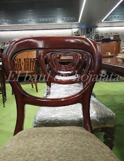 Conjunto de sillas antiguas en feria de antiguedades