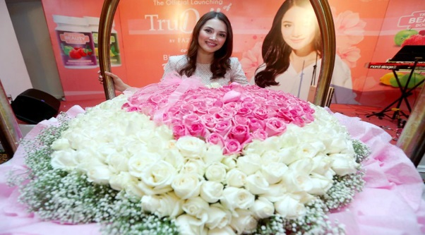 """""""Terima kasih kerana menjadi sahabat yang baik"""" – Fazura terima 500 kuntuman bunga mawar putih dan merah jambu dari Fattah Amin"""