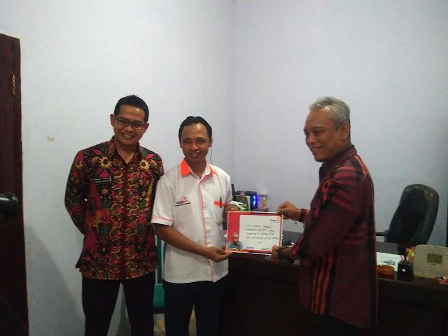 M. Syaikur Rodi Divisi Fundraising & Program lazismu Jember bersama Arif  Wibowo dan Kepala Desa Jubung, Bhisma Perdana