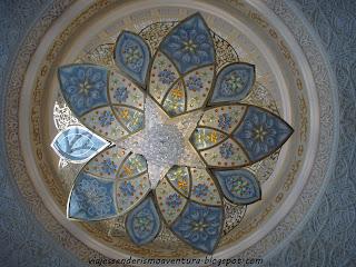 Detalle de una de las lámparas de araña del interior de la Mezquita Sheikh Zayed o Gran Mezquita de Abu Dhabi