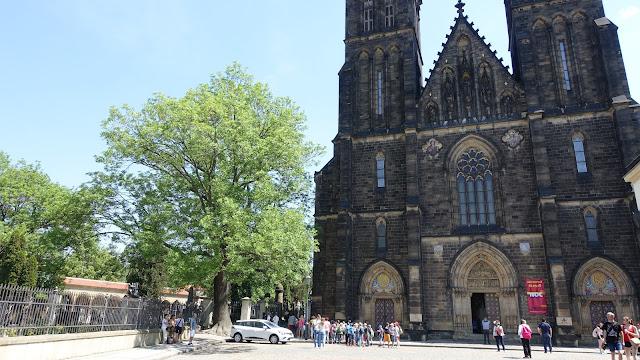 左邊是高堡國家公墓,右邊是聖彼得與聖保羅大教堂