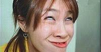 Witzige Asiatische Frau mit komischen Gesichtsausdruck
